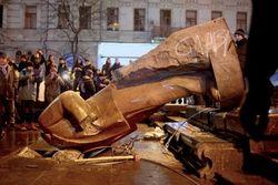 МВД Украины занялась поиском продавцов кусков памятника Ленину, поваленного в Киеве