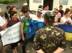 Матери десантников вышли на акцию у ворот АП с просьбой обеспечить силы АТО