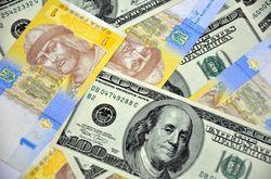 Гривня укрепляется на фоне избытка валюты на межбанке и «черном рынке»