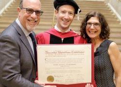 Основатель Facebook Цукерберг получил высшее образование