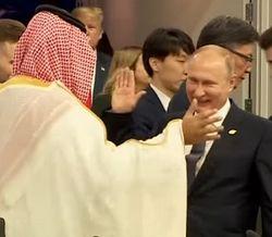 Видео необычного рукопожатия Путина с принцем разлетелось по Сети