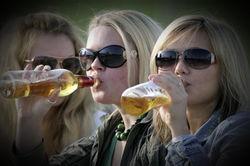 Женщины, пьющие пиво, сексуально привлекательнее для мужчин – исследование
