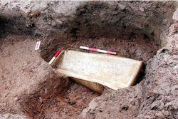 Археологи в Великобритании нашли гроб эпохи Римской империи с браслетами