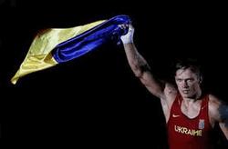 Александр Усик нокаутом дебютировал на профи-ринге