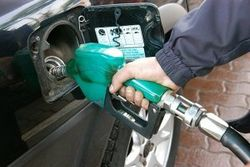 Эксперты объяснили, почему не снижаются цены на бензин