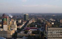Снаряд повредил крышу жилого дома в Донецке