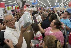 Ажиотажным шопингом россияне пытаются избавиться от обесценивающихся рублей