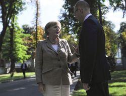 Яценюк обсудил с Меркель инвестиции в энергетику Украины