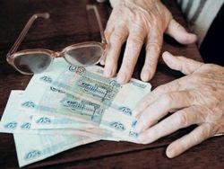 Пенсии россиян могут заморозить еще на год