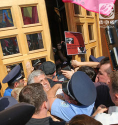 Милиция признала, что использовала сегодня под Киеврадой слезоточивый газ