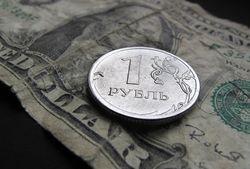 Российский рубль обесценивается вслед за дешевой нефтью