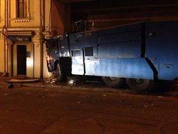 Активисты на захваченном водомете протаранили ВТБ-банк