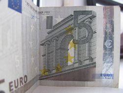 Курс доллара к евро получает поддержку на фоне бюджетных проблем Франции