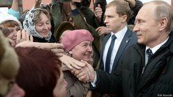 Народ винит Путина в невзгодах, но любит его