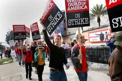 Сценаристы Голливуда грозят забастовкой, если их условия не примут до 1 мая