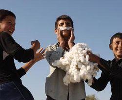 """Ужасы """"хлопковой страды"""" Узбекистана: студентка родила и убила ребенка"""