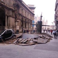 В центре Милана из-под асфальта всплыла русская субмарина