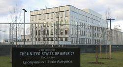 Троих полуголых активистов задержали возле посольства США в Киеве