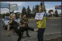Журналисты знают имя садистки, избивавшей патриотку Украины в Донецке