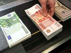 В понедельник днем рубль резко ослаб к доллару