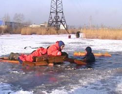 Московские спасатели достали из-подо льда бомжа