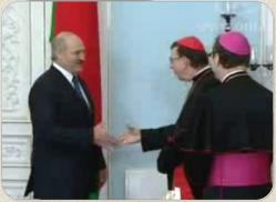 Лукашенко просит Католическую церковь о помощи