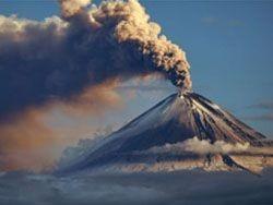 Действующий на Камчатке вулкан выбросил пепел на высоту в 10 км