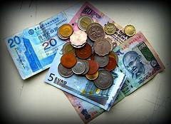 Курс гривны укрепился к евро, фунту и канадскому доллару