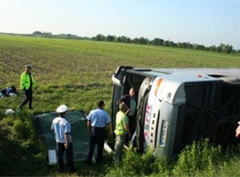 Автобус с туристами перевернулся во Франции, погиб ребенок