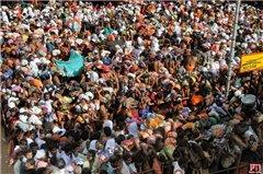 В давке погибли 64 верующих индийцев