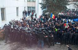 Протестующие против нового правительства Молдовы ворвались в парламент