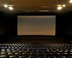 Россия: суд заставил кинотеатр выплатить зрителю компенсацию за слишком длинную рекламу