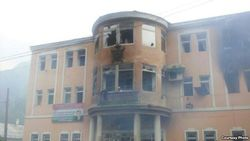 После стрельбы в городе Хоруг Таджикистана народ поджег здания прокуратуры и милиции
