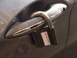 Мошенники используют навесные замки для вымогания денег у автовладельцев