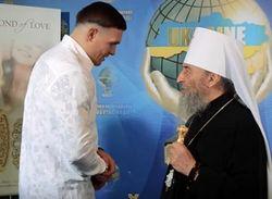 Глава УПЦ МП наградил орденом боксера, обещавшего защищать Лавру