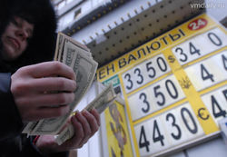 На руках у нелегальных менял много поддельных долларов и евро – банкиры