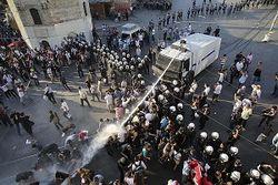 В Польше агрессивных демонстрантов усмирили водометами и задержали