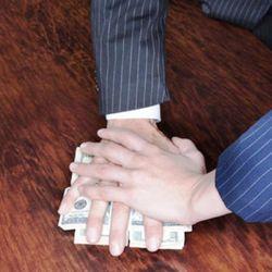 Президент Узбекистана подписал закон о равном наказании и за получение и за дачу взятки