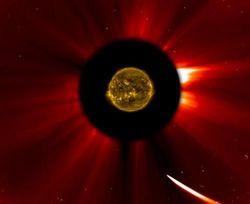 НАСА: комета ison могла пережить перигелий с Солнцем  и сохранить ядро