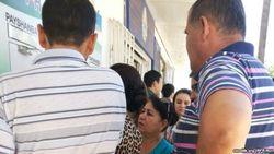 В Ташкенте люди записываются в очередь на получение биометрического паспорта на октябрь