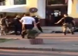 В Киеве захвачены десятки вооруженных людей, атаковавших ресторан