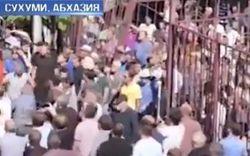 Народ штурмовал здание МВД Абхазии и добился отставки министра