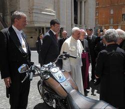 Байк Папы Римского продали на благотворительном аукционе за 240 тысяч евро