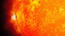 """Огромное пятно на Солнце начало свое третье """"путешествие"""" по поверхности звезды"""