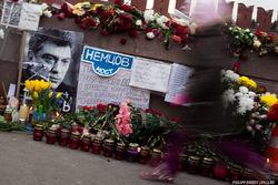 Цветочная революция на Немцовом мосту в Москве