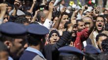Демонстрантов в Тунисе продолжают разгонять газом