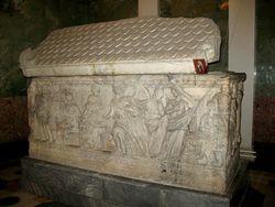 В римской гробнице Эрмитажа активист пытался отмыться от Единой России