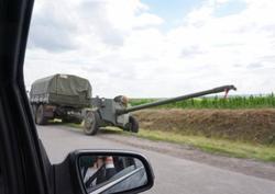 Боевики перегоняют в Донбасс бронетехнику, оставленную россиянами у границы