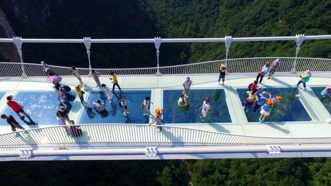 В «Поднебесной» открылся самый длинный вмире 430-метровый стеклянный мост
