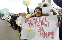 Противники отделения Крыма от Украины выстроились в «живую цепь